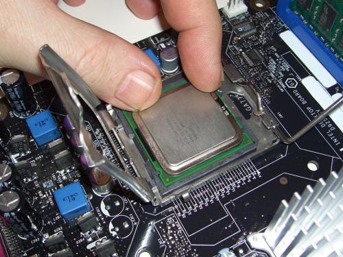Как установить процессор на материнскую плату своими